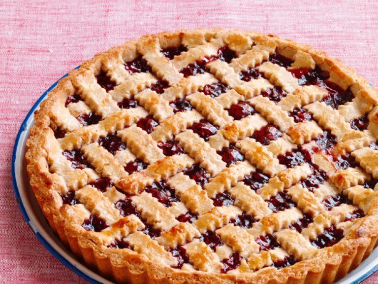 Испечь пирог с вишней в домашних условиях