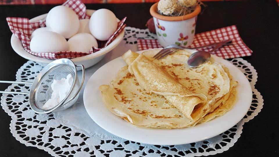 Yumurta krep ve tavuk salatası nasıl hazırlanır Farklı seçenekler